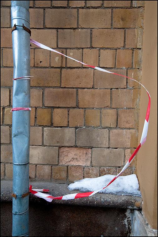 Эр - ленточка ограждение труба водосток уличное кирпичи стена фото фотосайт