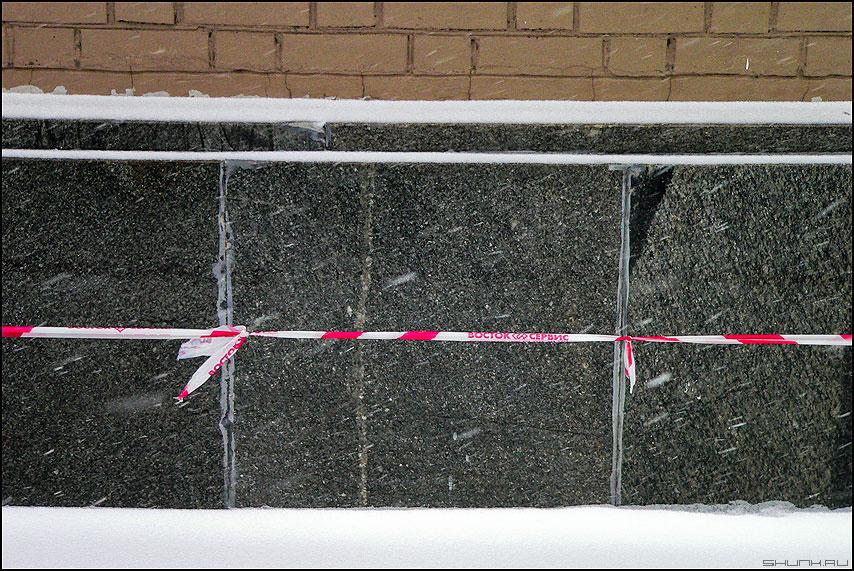 Теорема Арцела - ленточка стена снег зимнее кирпичики сосульки теорема фото фотосайт