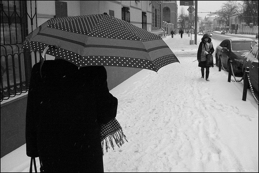 А снег идет, а снег идет... - женщина зонт снег зима уличное чёрноеибелое фото фотосайт