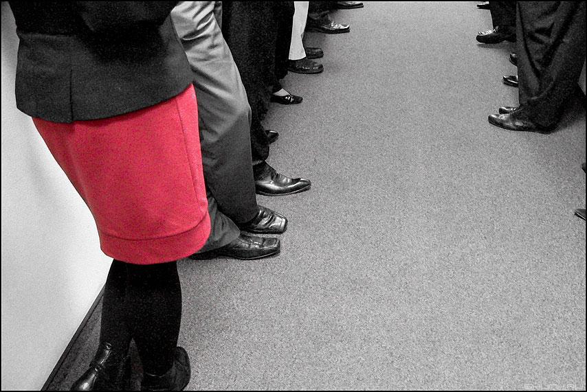 * * * - неназванная юбка красная люди ноги офисное фото фотосайт