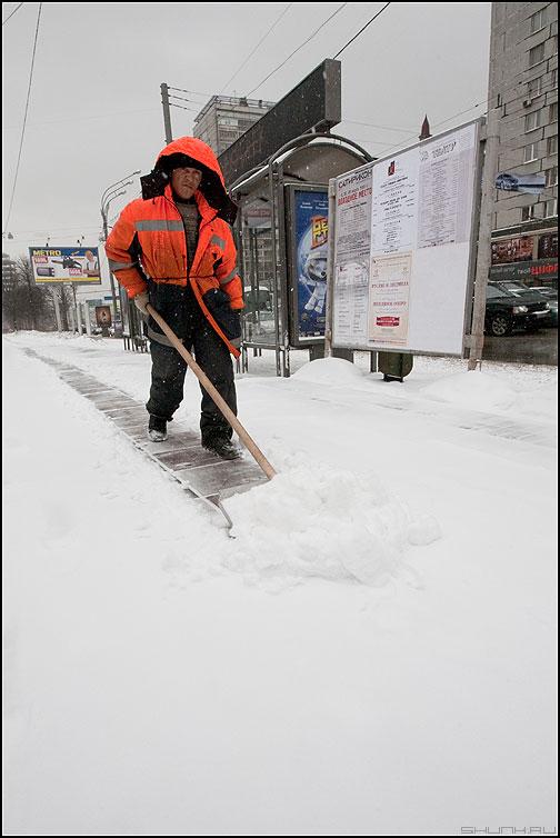 Мартовский снег - март снег весна дворник гастарбайтер лопата уличное фото фотосайт