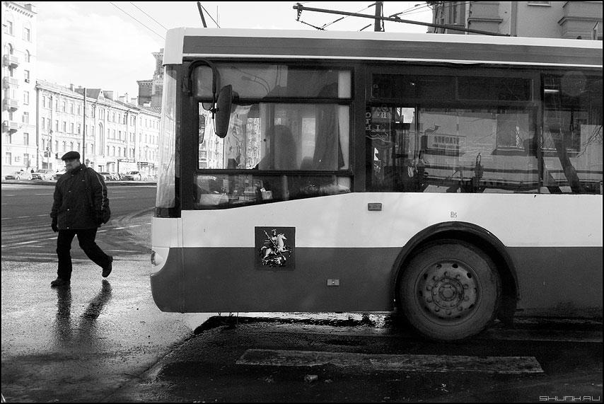 Берегись автомобиля - троллейбус мужик переход монохром уличное фото фотосайт