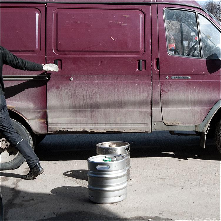 Нефильтрованное - пиво газель дверь рука мужик бочки уличное квадратное фото фотосайт