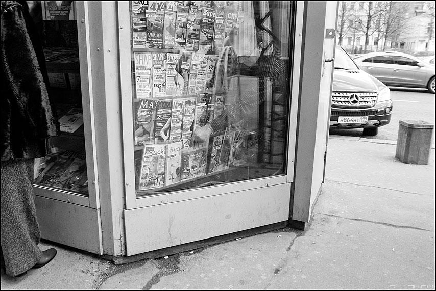 О классовой борьбе и о свежей литературе - уличное профессия продавец монохром мерседес журналы фото фотосайт