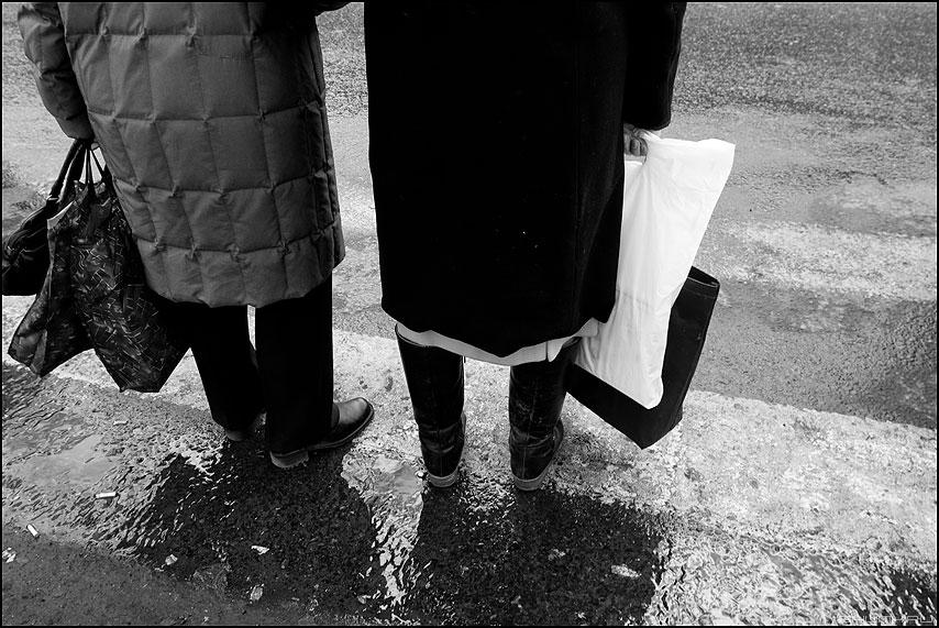 * * * - неназванная переход женщины сумки монохром фото фотосайт