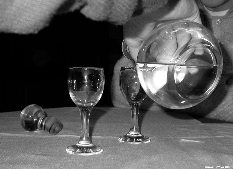 Буль - водочка рюмки b&w фото фотосайт