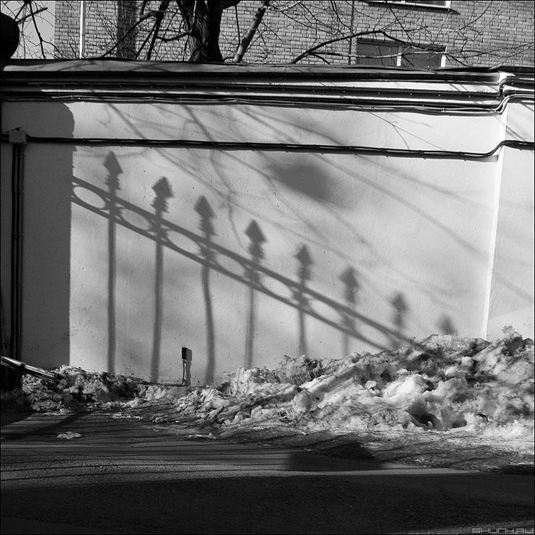 * * * - неназванная тень забор квадратное монохром снег фото фотосайт