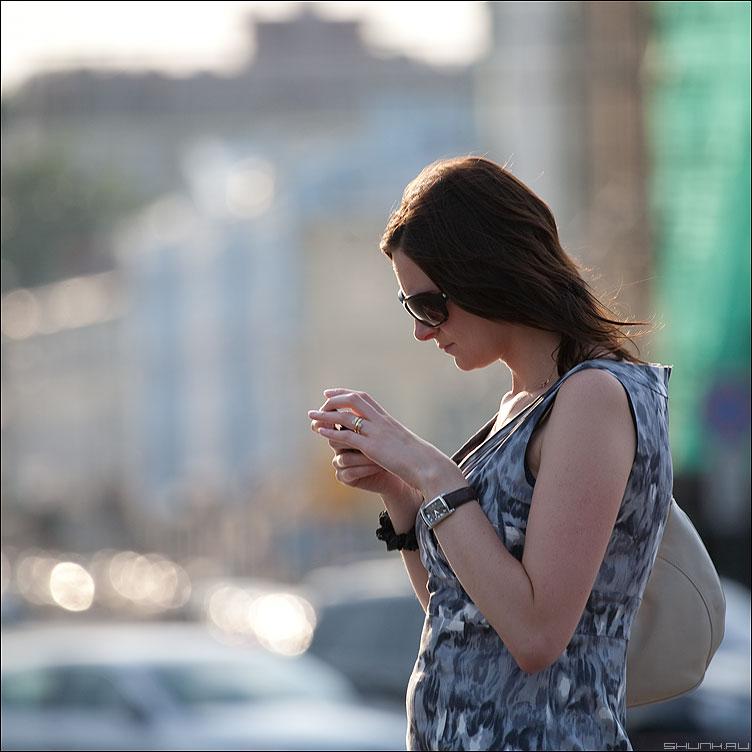 Пишет... - потрет квадратное уличное девушка смс фото фотосайт