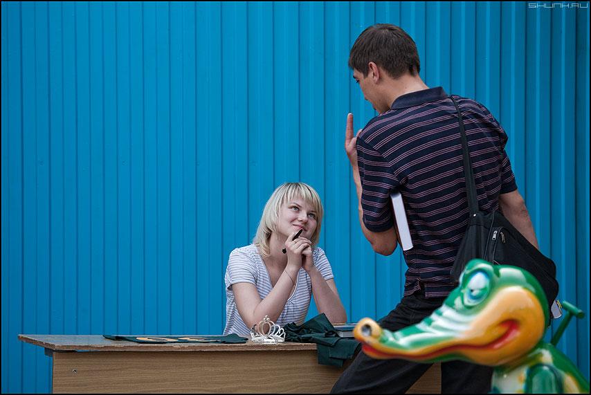 Крокодил как бы в курсе... - он она разок разочек палец жест крокодил синий фото фотосайт