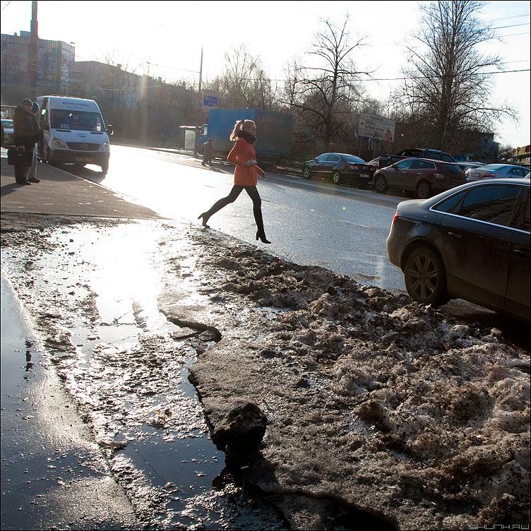 Шаг - девушка шаг квадратное уличное солнце свет фото фотосайт