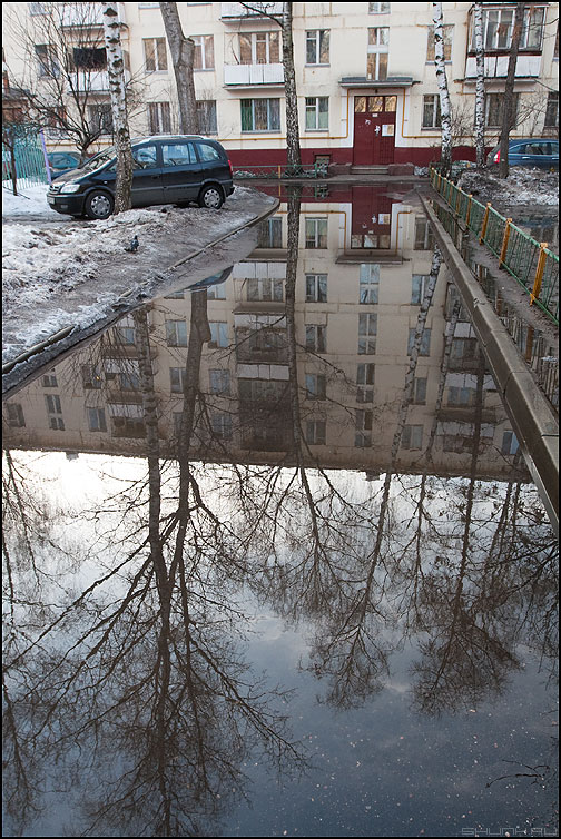 Не слышно на палубе песен... - лужа двор весна весеннее дом отражение зеркало фото фотосайт