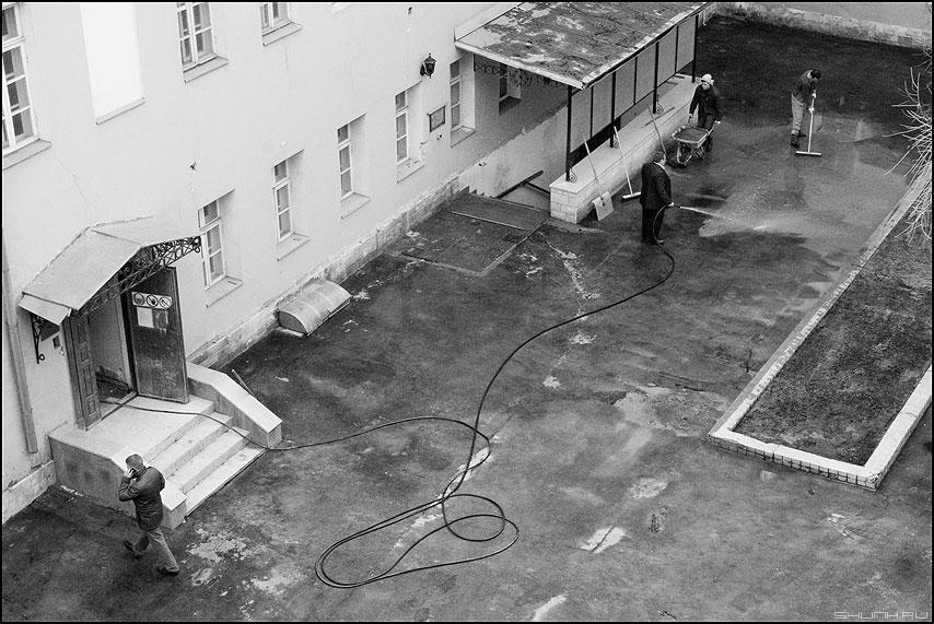 Помощник - дворик монохром помощник мужик офисный пиджак шланг рабочие профессии фото фотосайт