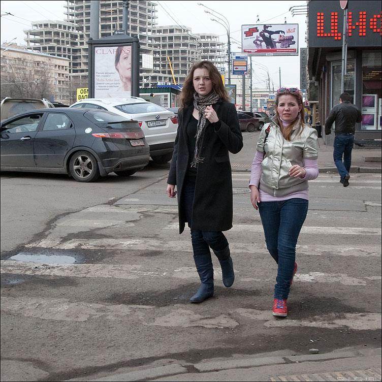 Встречные - девушки улица уличное квадратное парочка переход фото фотосайт