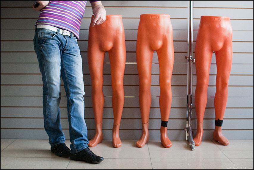 Мужики - ноги манекены магазин жанровое жанр фото фотосайт