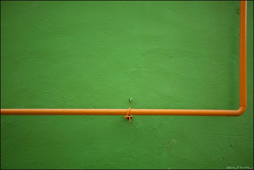 Прямо и вверх - труба газ стена желтое зеленое стена уличное элементы этюд фото фотосайт
