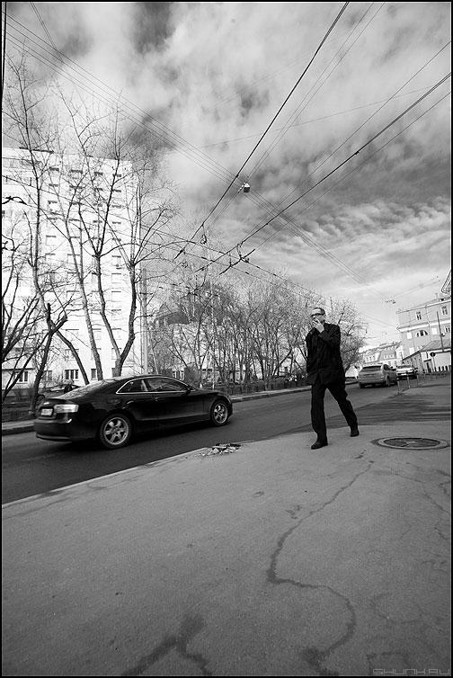 Все мы под небом ходим... ездим... - небо монохром мужик автомобиль облака задумчивое фото фотосайт