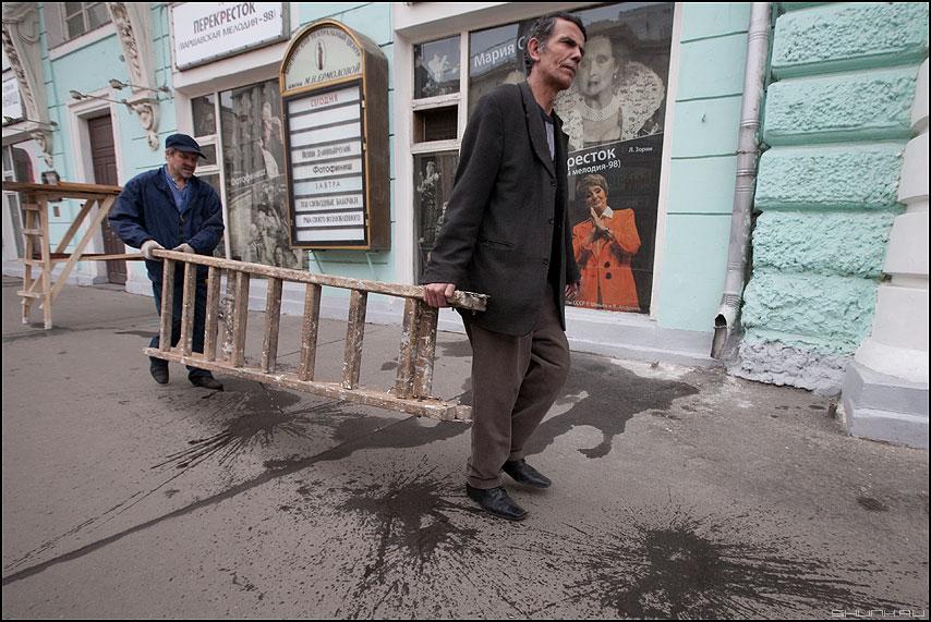 Разнорабочие - лестница рабочие уличное профессия фото фотосайт