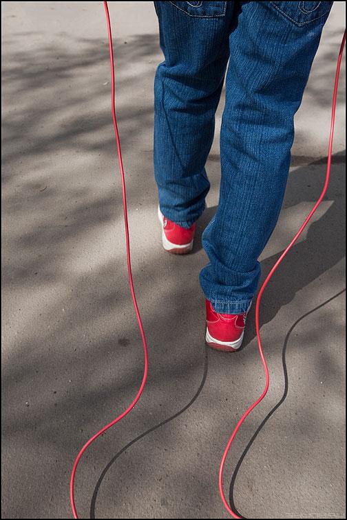 Прыгалки - прыгалки ботинки красное ребенок уличное элементы фото фотосайт