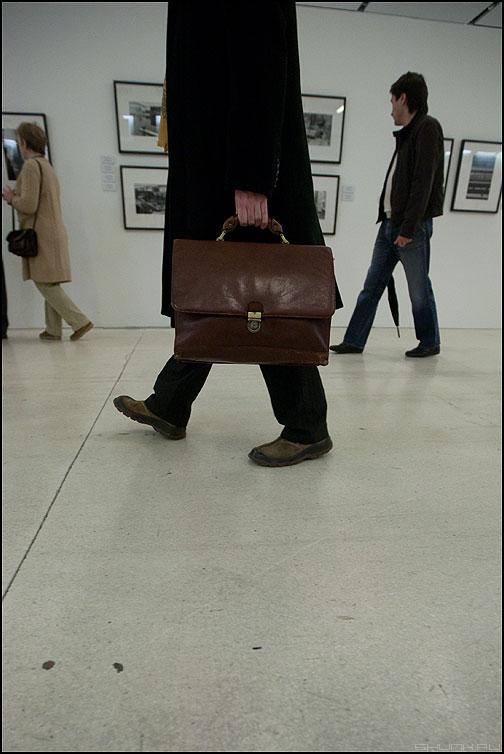 Ценный веник - портфель выставка мужик плащ черный фото фотосайт