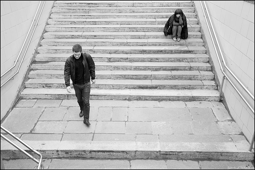 Мимо - парень девушка переход маяковка ступеньки вниз фото фотосайт