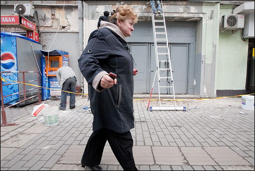 БОК - женщина лестница уличное ремонт аккуратно фото фотосайт