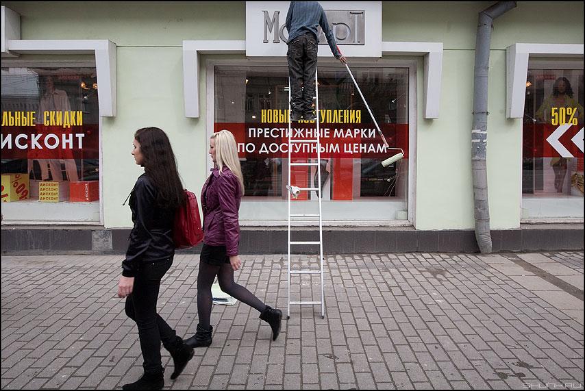 Про валик - красить маляр лестница девушки тверская маяковка уличное фото фотосайт