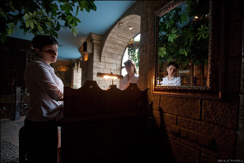 * * * - неназванная бавариус девушка официант отражение портрет зеркало фото фотосайт