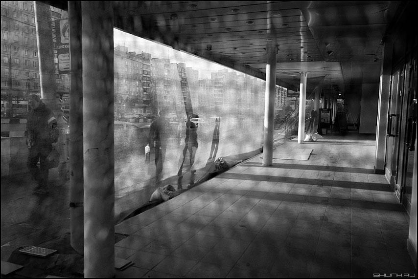 * * * - неназванная монохром сетка уличное колонны тени фото фотосайт