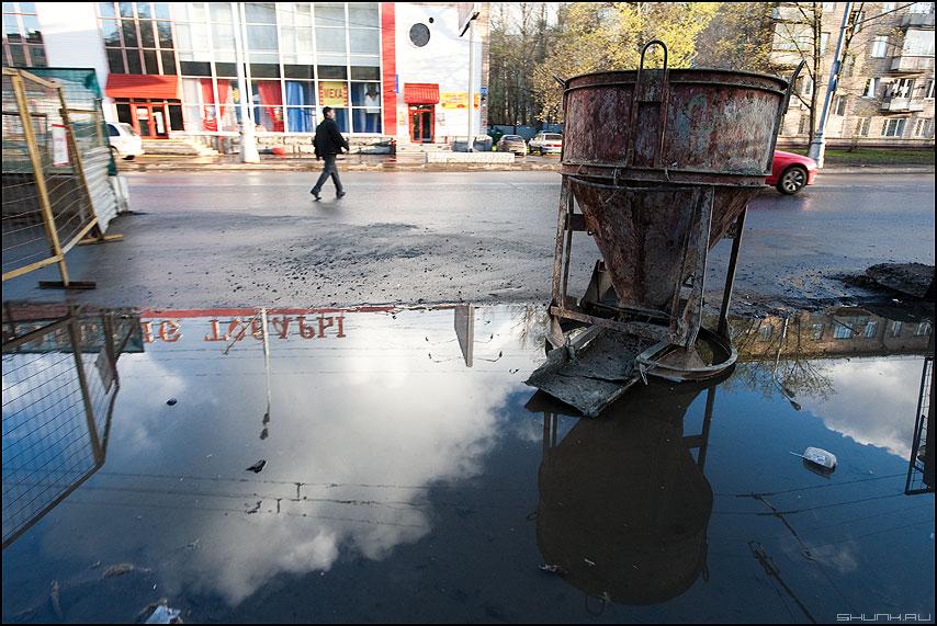 Лужа - отражение небо лужа жукова мужик уличное бетон фото фотосайт