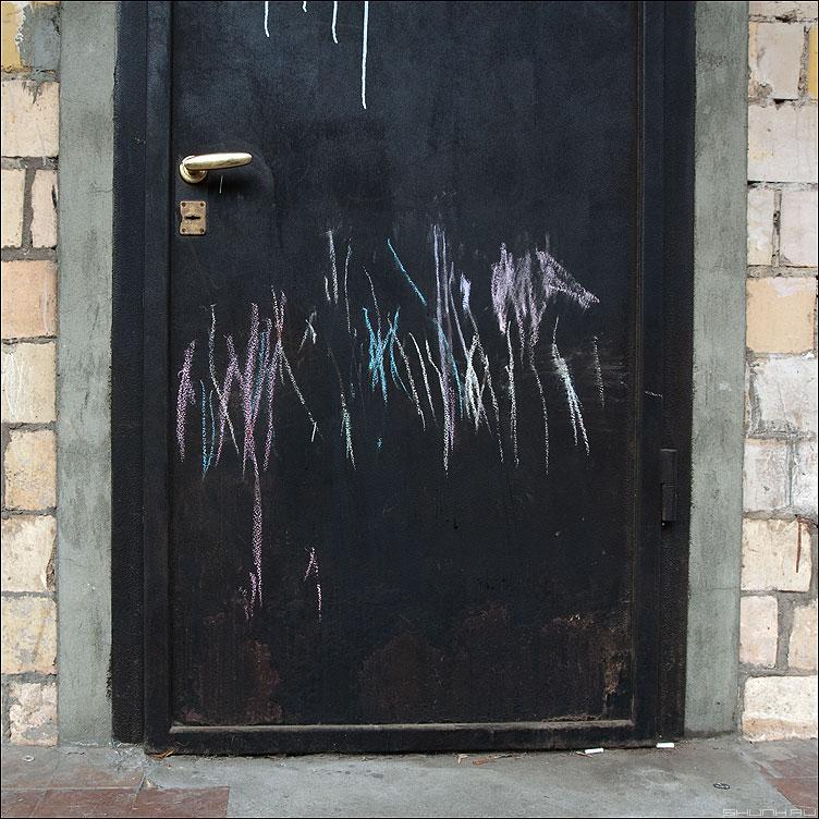 Когти точить - мелки дверь элементы уличное ручка кирпичики фото фотосайт