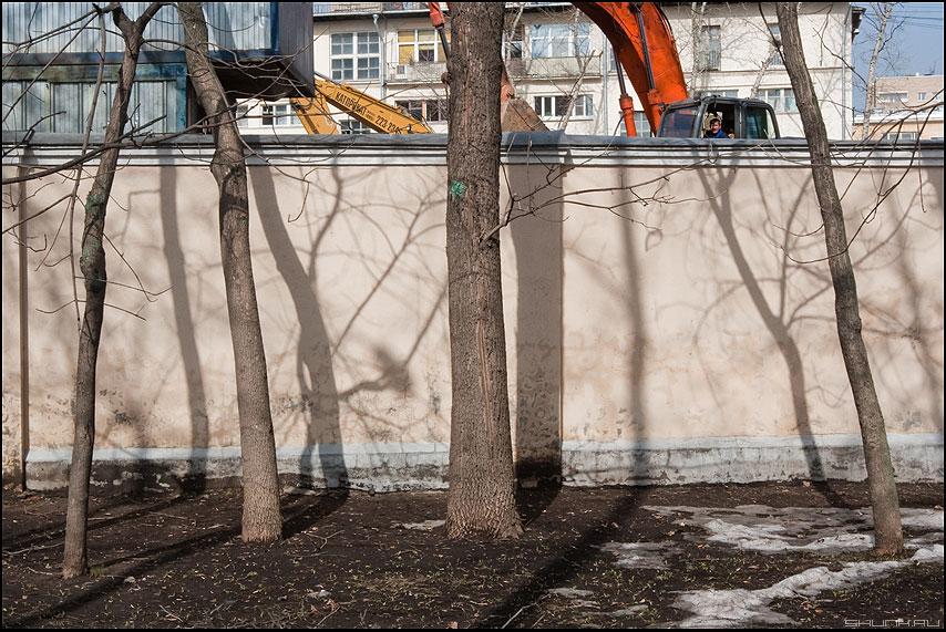 Про экскаваторщика - экскаваторщик забор деревья стройка тени фото фотосайт