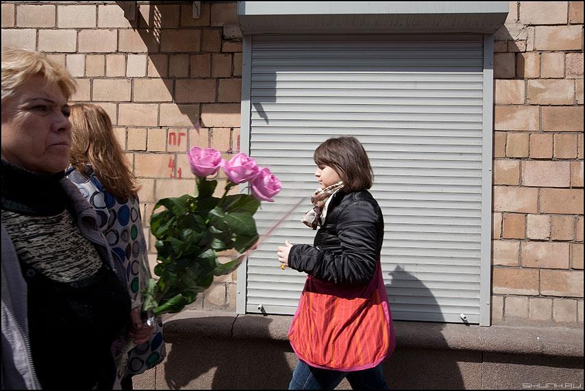 Доктор, это Вам! - цветы люди уличное тетенька делегатская фото фотосайт