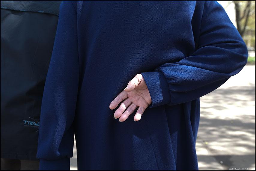 * * * - бабушка уличное рука польто синее фото фотосайт