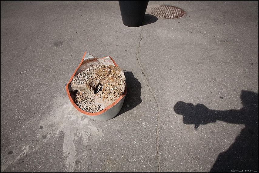 Суперпозиция - урна тень хрень элементы уличное тени солнечный день асфальт фото фотосайт