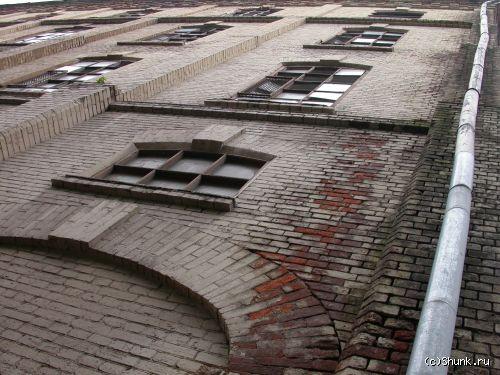 Вверх - стена труба кирпичи фото фотосайт