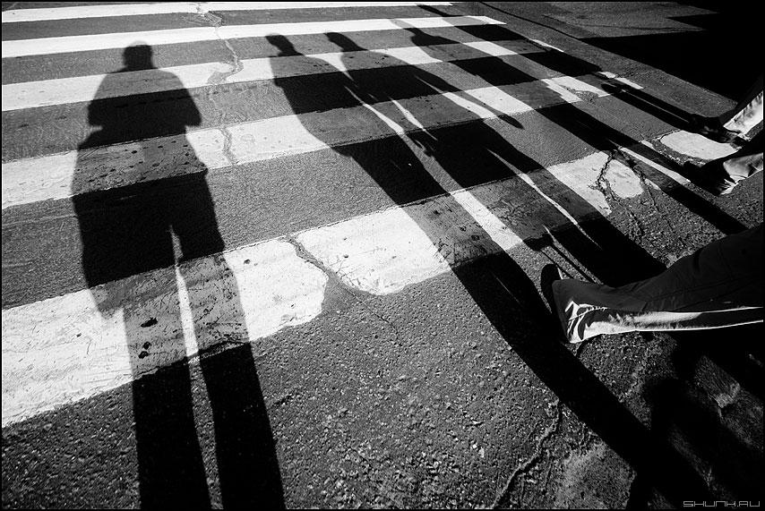 Я и четыре богатыря - тени полоски переход нога переход монохром уличное фото фотосайт