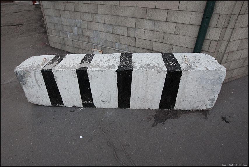 Зёбра в кубе - блок полоски четыре черные полосочки уличное элементы фото фотосайт