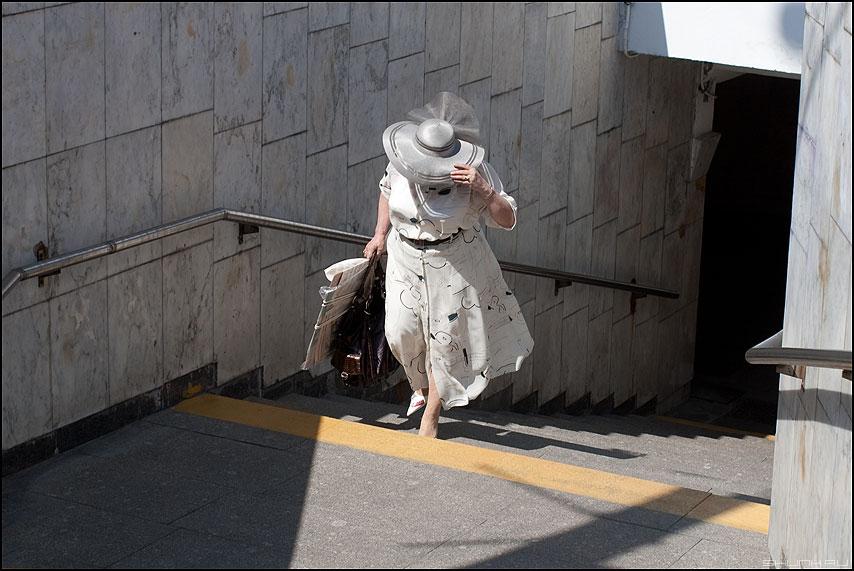 Из темного перехода - переход женщина шляпа полоса желтая уличное люди фото фотосайт