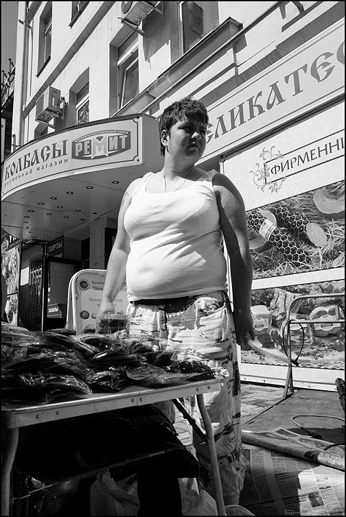 Ах какая женщина, какая женщина... - женщина продавщица белое монохром люди уличное фото фотосайт