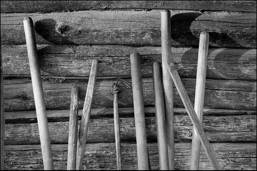 Труженикам села посвящаю... - мотыги черенки стена бревна курятник монохром деревня фото фотосайт