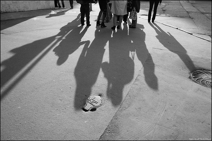 Тени исчезают в полночь - тени люди мосгаз колодец люк монохром фото фотосайт
