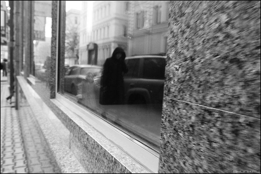 Куда мы ведем наших детей? - тень монохром ребенок отражение силуэт женщина гранит фото фотосайт