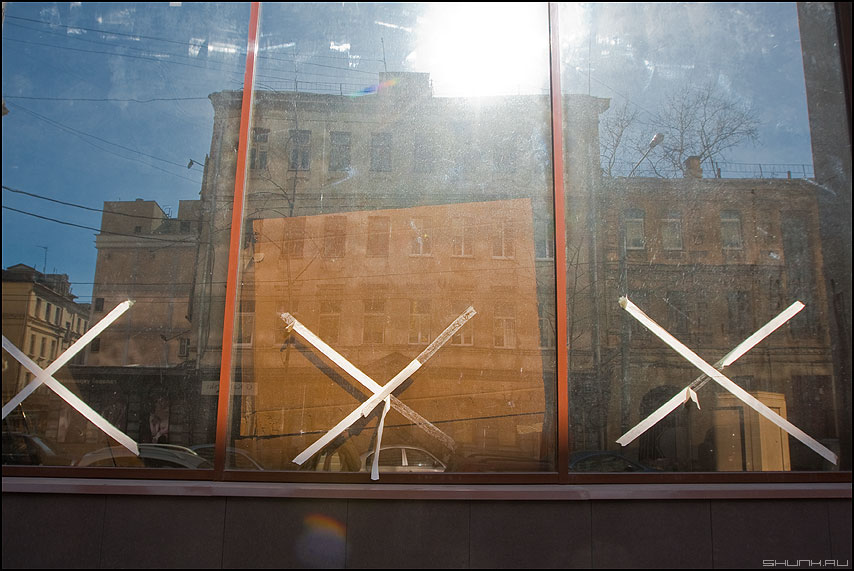 Это кресты, и разлука для многих - отражение кресты витрина небо здания город фото фотосайт