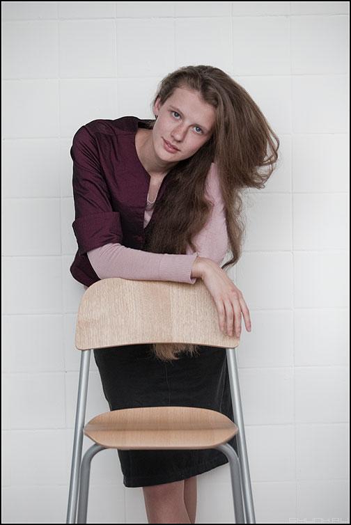 Мария. Взгляд. 2. - мария студийное маша кома портрет стул стена плитка фото фотосайт