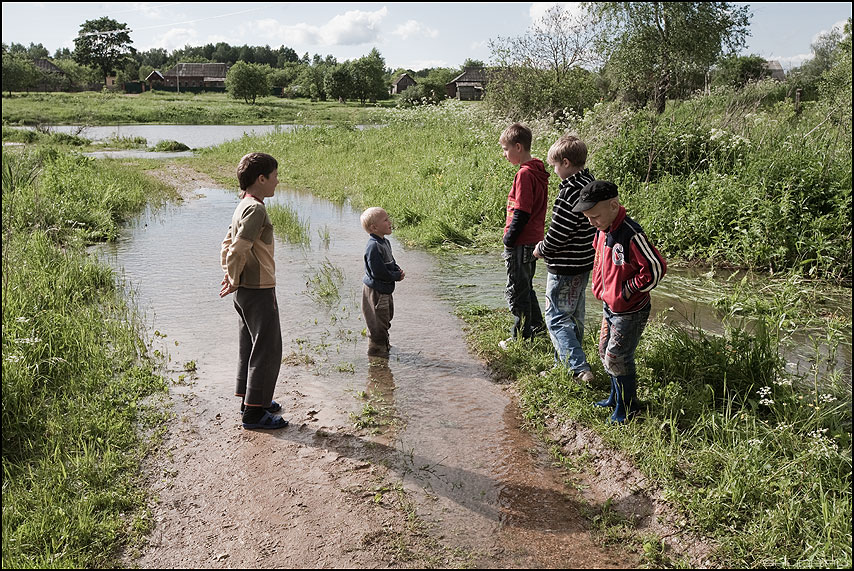 * * * - ребята деревня лужа последождя обработка деревенские фото фотосайт