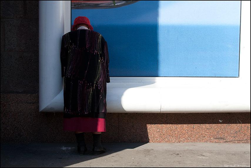 В тени - тень бабушка шляпа шапка витрина уличное фото фотосайт