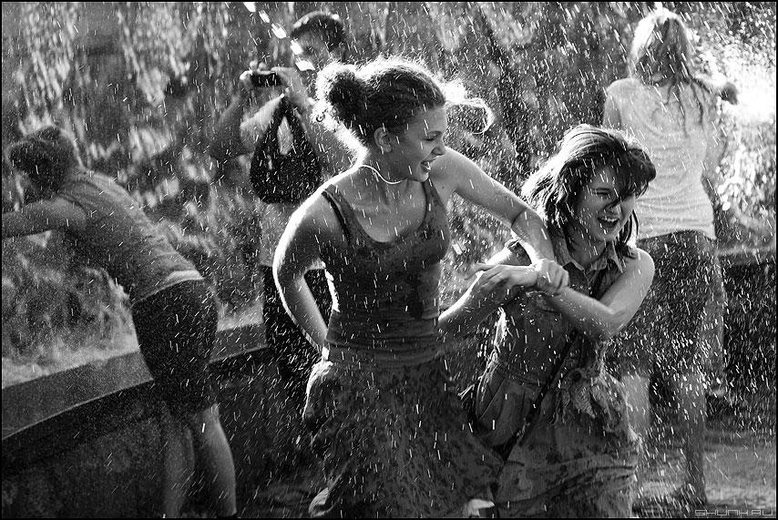 Брызги - манежка фонтан монохром брызги девушки фото фотосайт