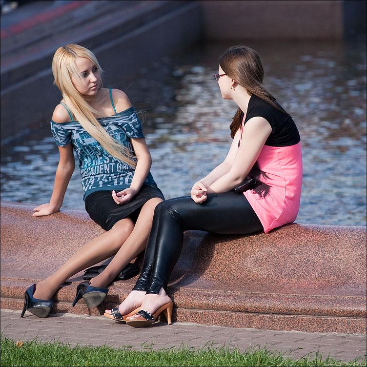 Так сложилась - ноги девушки квадратные каблуки люди вода фонтан пушка фото фотосайт