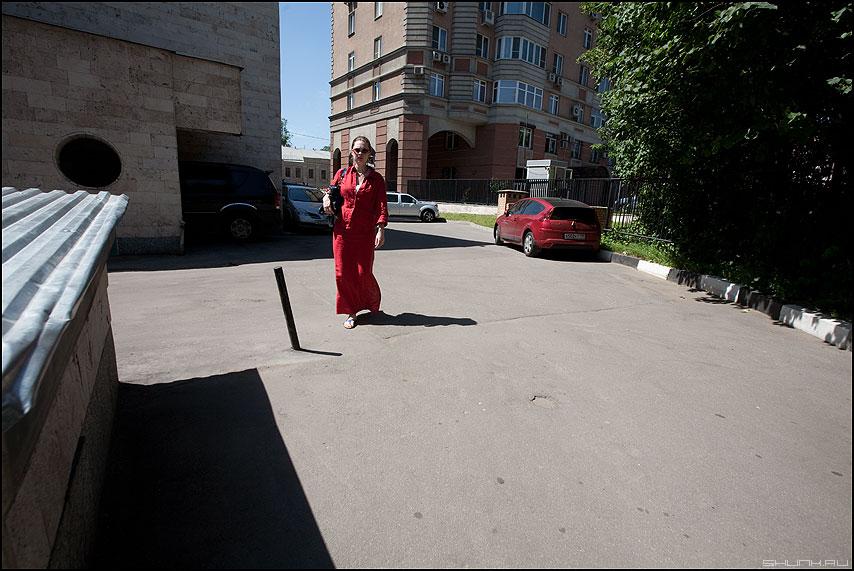 В красном... - девушка уличное тени город солнечное машина красное фото фотосайт