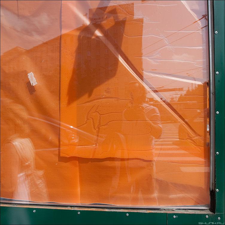 Оранжевое с коемочкой - оранжевое коемочка стекло витрина уличное элементы фото фотосайт